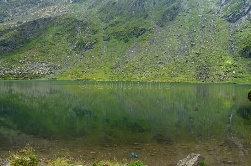 Ледниковое озеро вызвало Lac Balea Balea на Transfagarasan стоковая фотография