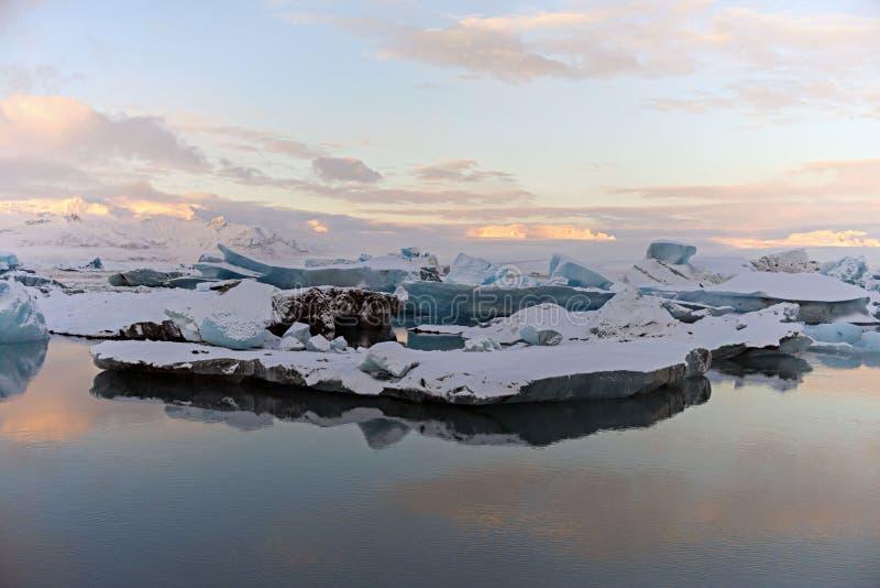 Ледниковое озеро на заходе солнца с льдом Исландия suring заход солнца стоковые изображения rf
