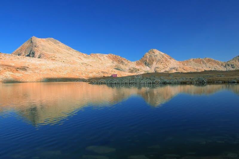 ледниково свое отражение ряда горы озера близрасположенное стоковые фото