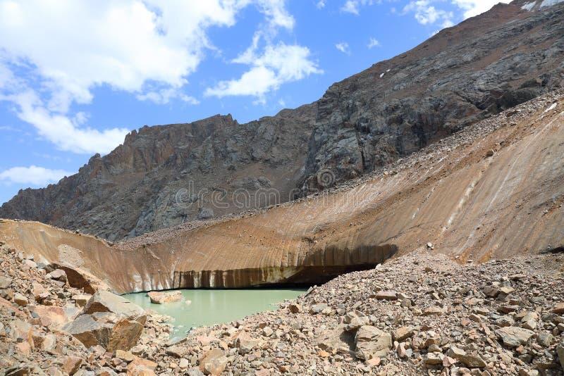 Ледник Bogdanovich с озером горы стоковое изображение