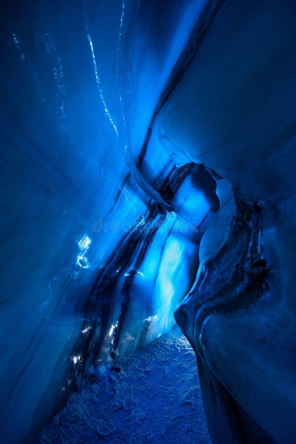 Ледовитая северная пещера льда в Норвегии Свальбарде в городе Longyearbyen стоковые изображения