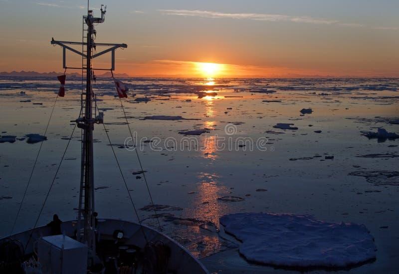 ледовитое полуночное солнце океана стоковая фотография rf