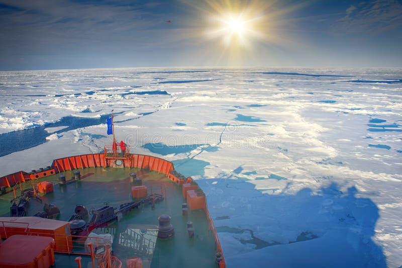 Ледокол делает свой путь к северному полюсу через паковый лед На смычке туристов корабля, коробка льда с opennings стоковые фотографии rf