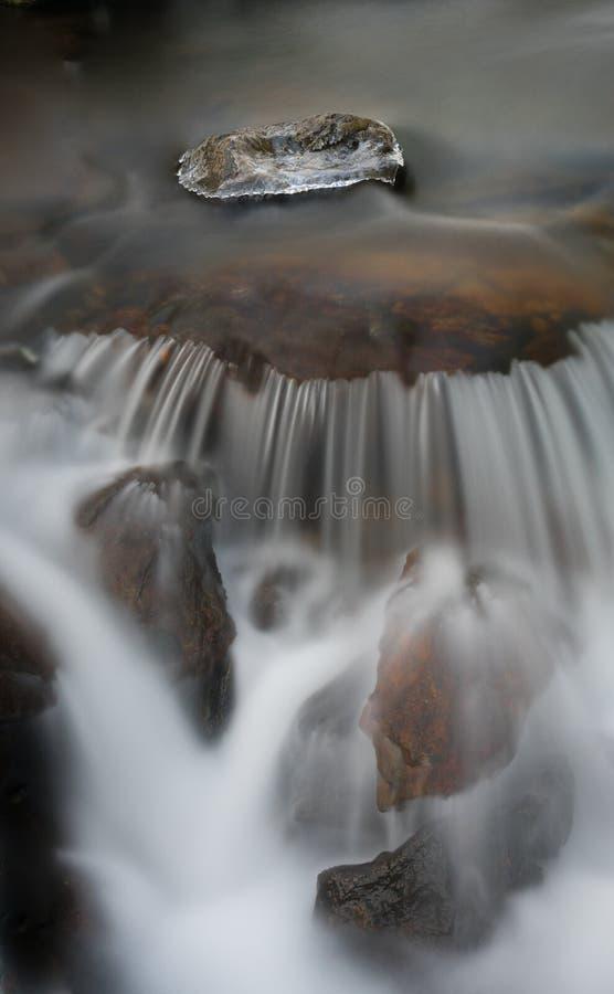 Ледяной камень и протекающая вода стоковая фотография