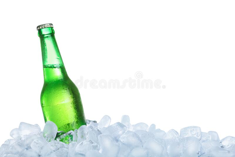 Ледяные кубики и бутылка на заднем фоне стоковые изображения