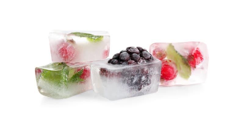 Ледяные кубики с ягодой и мятой крошкой на фоне стоковая фотография