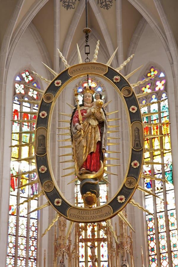 Лед ¡ KoÅ - барочная статуя Mary девственницы внутри mandorla от собора Элизабета святой готского стоковое изображение rf