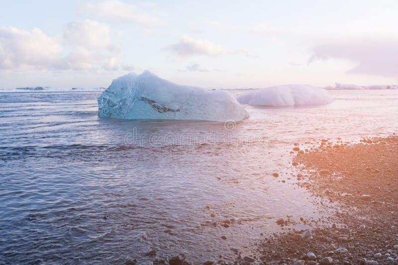 Лед диаманта над пляжем отработанной формовочной смеси, ледником Jokulsarlon, Исландией стоковое фото rf