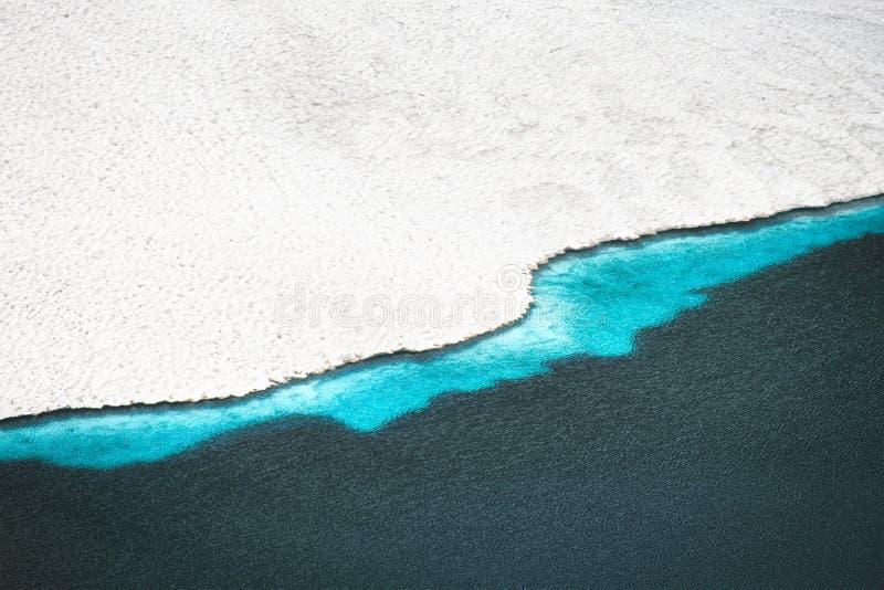 Лед и водораздел в высокогорном максимуме озера в горах стоковые фото
