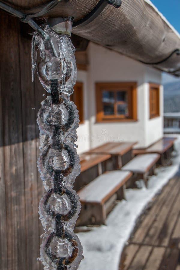 Лед плавит und бежит вниз с ржавой цепи стоковое изображение
