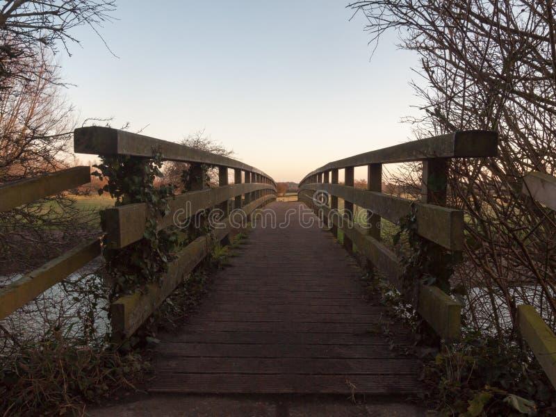 леерное устройство пола деревянного моста не препровождает пустой никакие людей стоковая фотография