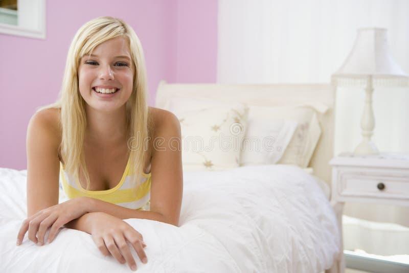 лежать девушки кровати подростковый стоковое изображение rf