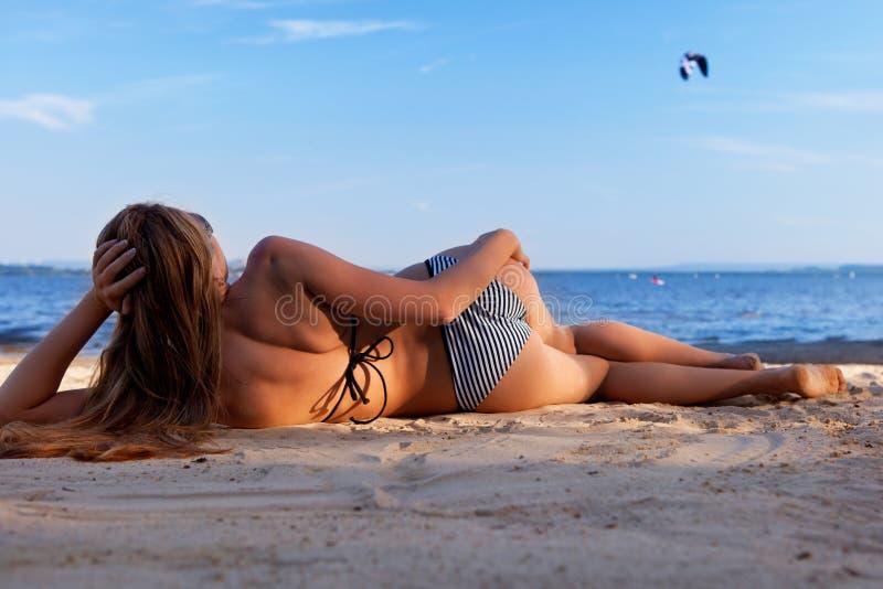 лежать девушки пляжа стоковые изображения rf