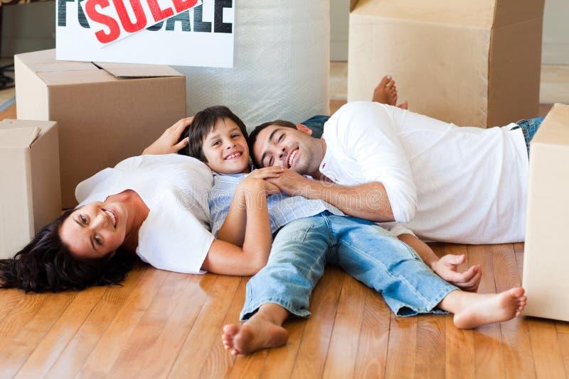 лежать дома пола семьи коробок новый стоковое изображение rf