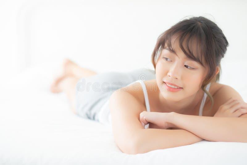 Лежать женщины красивого портрета молодые азиатские и бодрствование промежутка времени улыбки вверх с восходом солнца на утре, де стоковая фотография rf