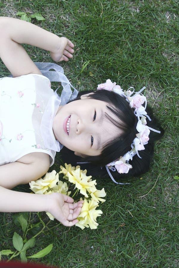 Лежать маленькой девочки стоковые изображения rf