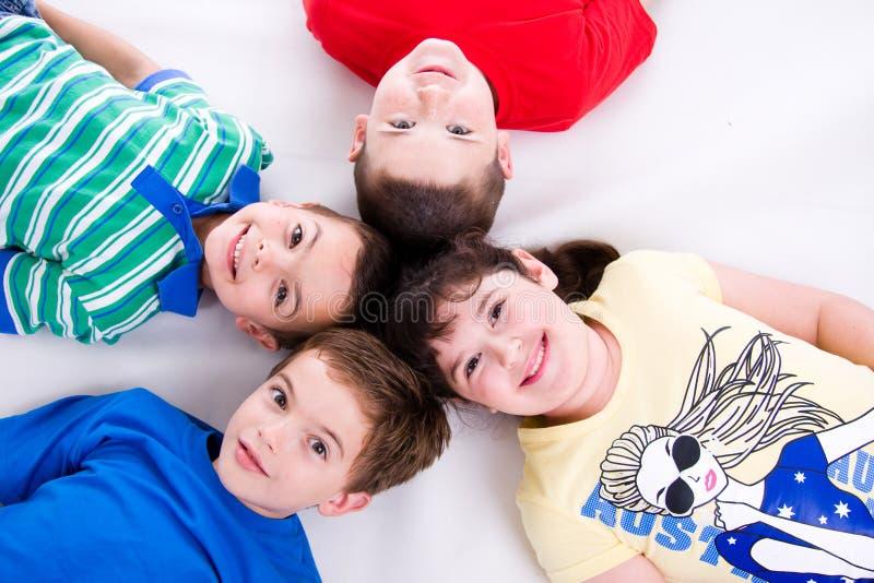 лежать малышей пола счастливый стоковые изображения
