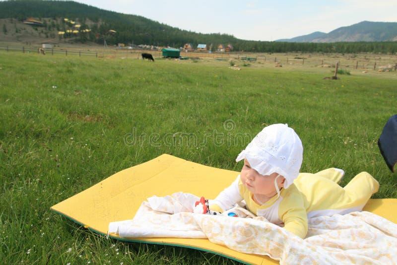Лежать младенца внешний стоковое изображение