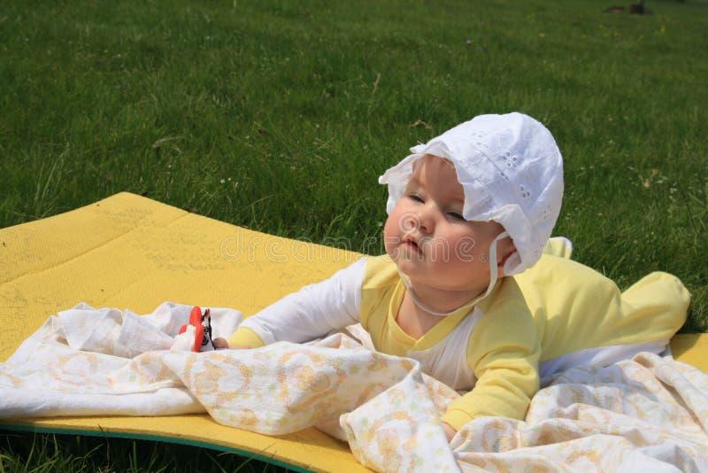 Лежать младенца внешний стоковая фотография rf