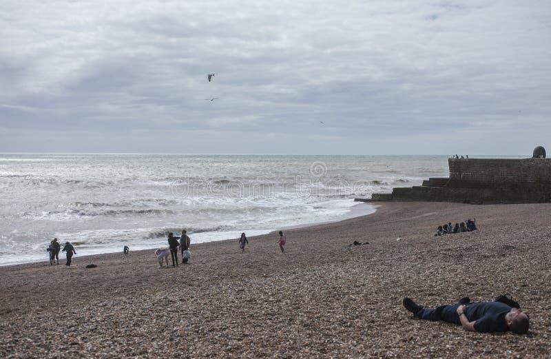 Лежать на пляже в Брайтоне стоковое изображение