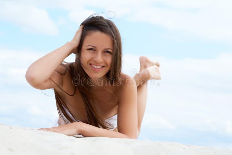 Лежать на пляже стоковое фото