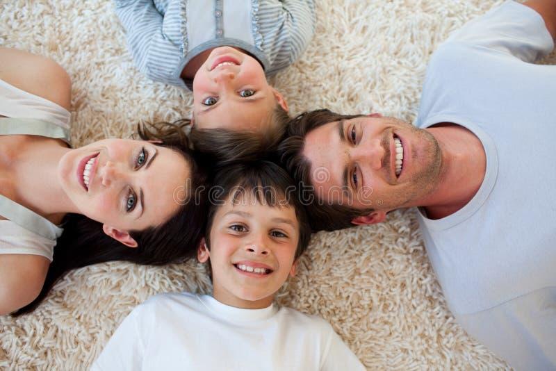лежать пола семьи счастливый стоковые изображения rf