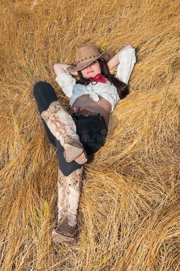 лежать травы девушки поля ковбоя стоковое изображение rf