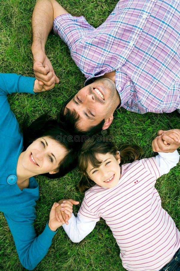 лежать травы семьи стоковые изображения rf