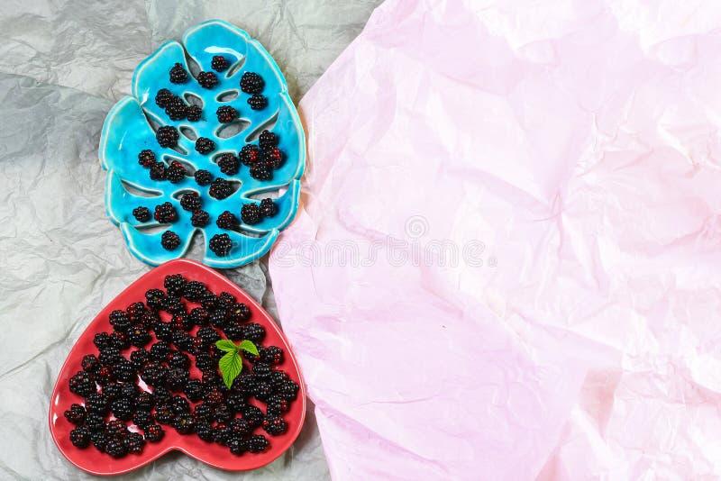 Лежащ на ягодах черноты плиты ежевики, конец-вверх, взгляд сверху Концепция продукции сезонного урожая сбора местная Подлинный об стоковое фото rf
