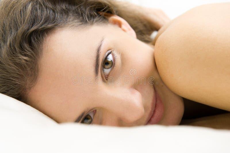 лежа женщина стоковое изображение
