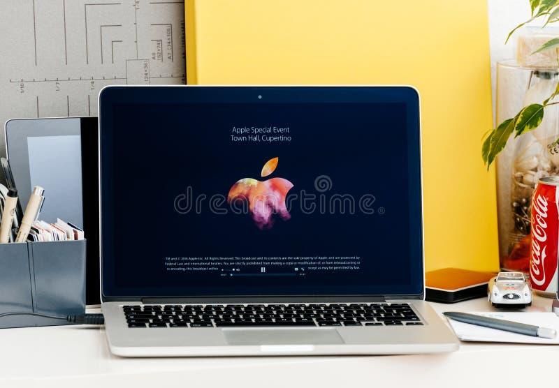Лейтмотив старта логотипа Яблока представления бара касания Macbook Pro стоковое фото
