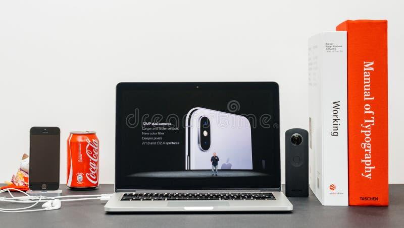 Лейтмотив Яблока при schiller phil вводя iPhone x 10 стоковые фото