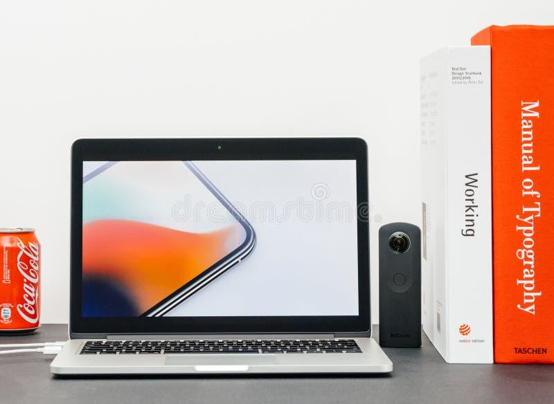 Лейтмотив Яблока с вводить iPhone x 10 стеклянных краев стоковая фотография rf