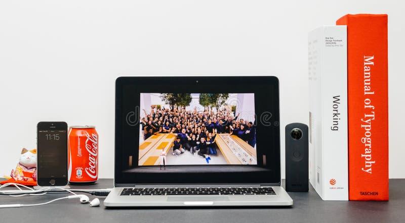 Лейтмотив Яблока с вождем Анджелой Ahrendts розницы Яблока для reta стоковые фотографии rf