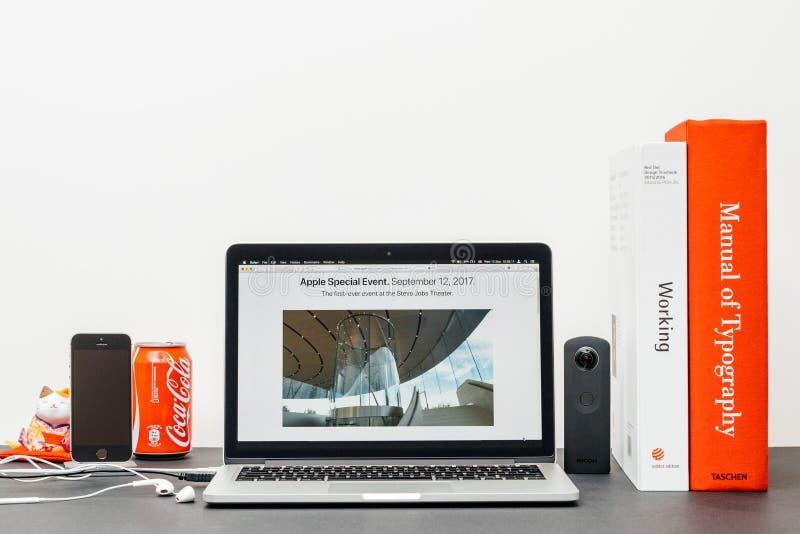 Лейтмотив Яблока с зданием театра Стив Джобс стоковые фотографии rf