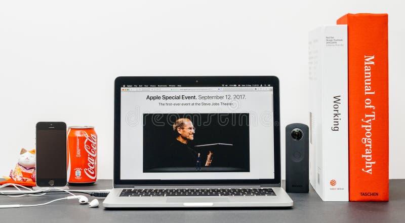 Лейтмотив Яблока с Стив Джобс в памяти о кашеваре Тим, стоковое изображение rf