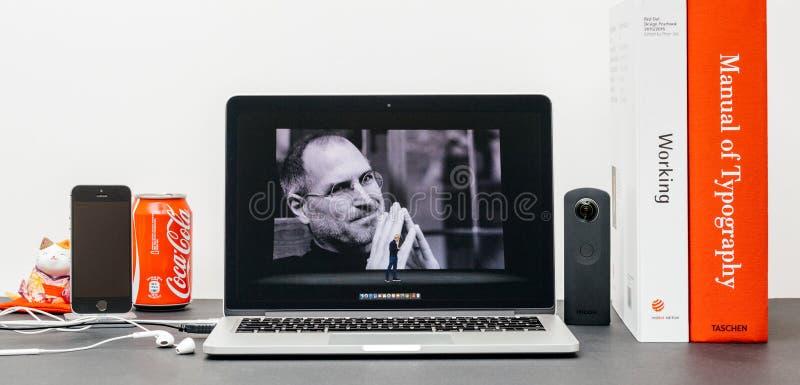 Лейтмотив Яблока с Стив Джобс в памяти о кашеваре Тим, стоковые изображения