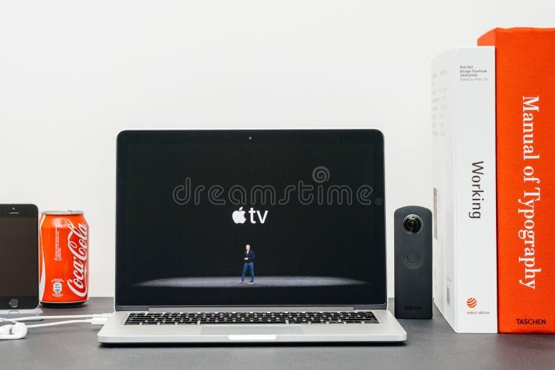 Лейтмотив Яблока с ТВ 4k кашевара и Яблока Тим стоковое изображение rf