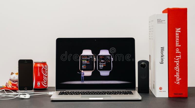 Лейтмотив Яблока с COO (главный операционный директор) Джеф Williams и здоровьем a серии 3 вахты стоковые изображения