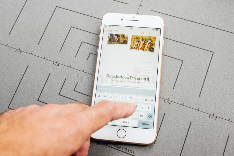 Лейтмотив App на iPhone Яблока плюс прикладное обеспечение стоковое фото