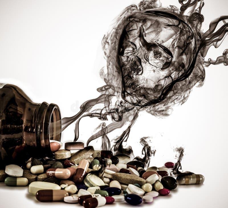 Лекарства лить от бутылки с опасностью черепа подписывают плавать вне стоковое фото rf