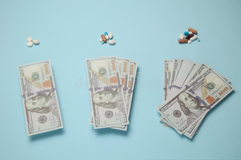 Лекарства и деньги Стоимость лечения и медицинское страхование стоковые изображения rf