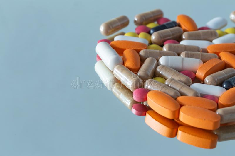Лекарства и планшеты различных типов стоковое изображение
