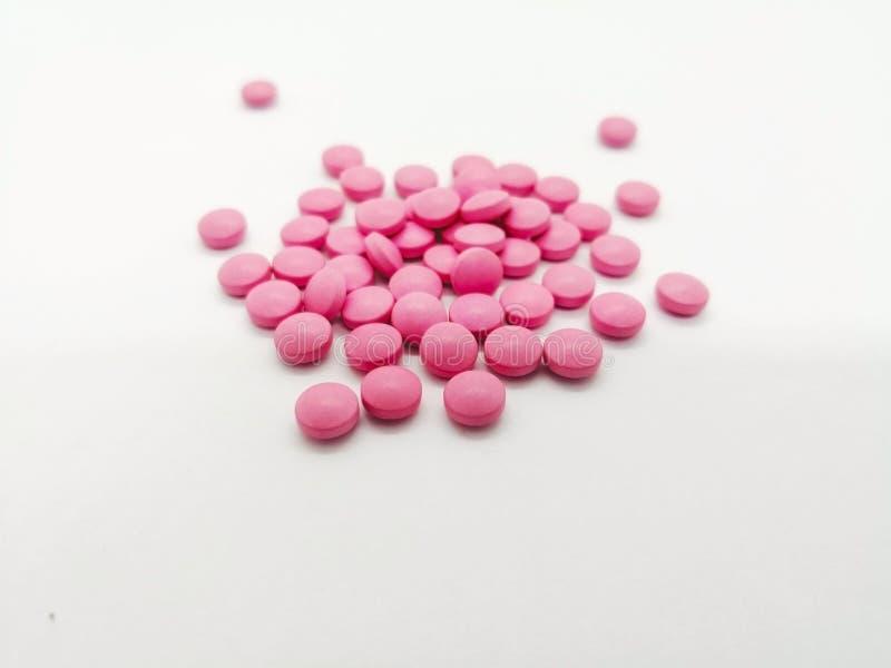 Лекарство и концепция здравоохранения Много круглых розовых таблеток как стоковое изображение