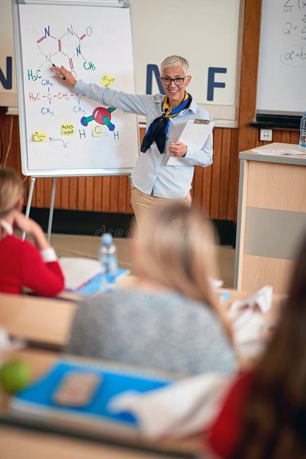 Лектор женщины в учебном классе со студентами на университетском кампусе стоковые фотографии rf