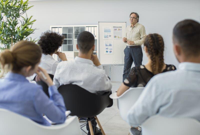Лекция и тренировка в офисе стоковые изображения rf