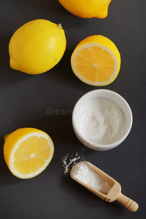 Лемон и сода для выпечки на черном столе стоковое фото rf