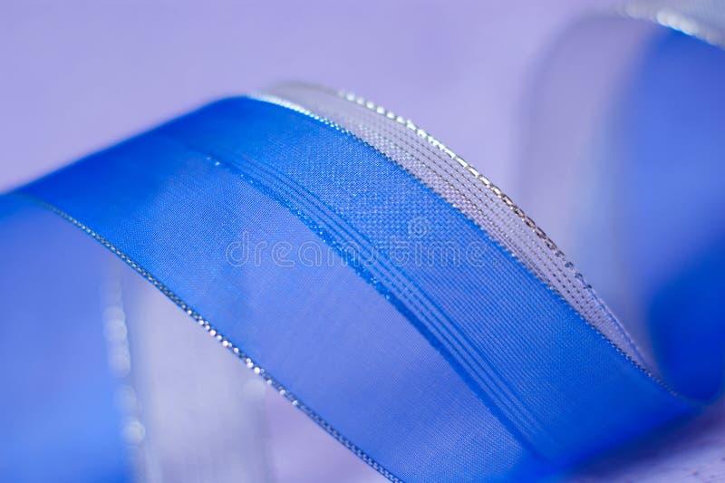 Лента мягкой defocused предпосылки голубая серебряная на фиолете стоковое изображение
