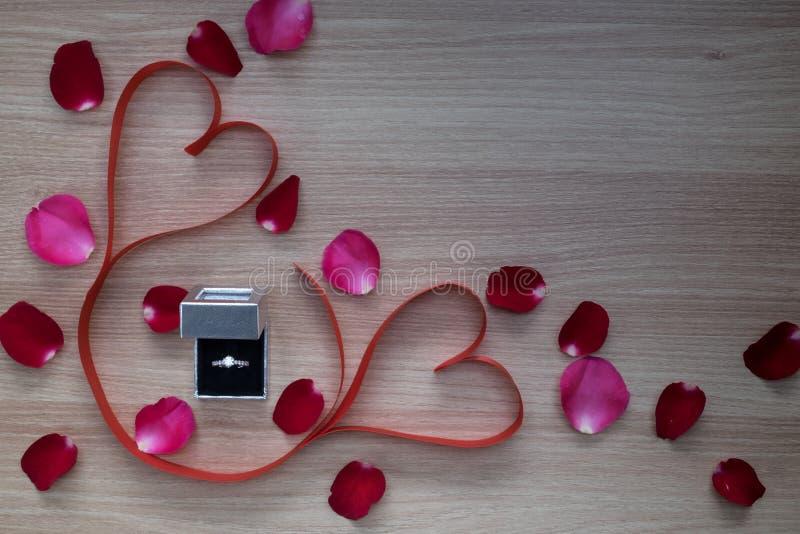 Лента обручального кольца и сердца 2 красных цветов с любимчиком пинка и красной розы стоковое изображение