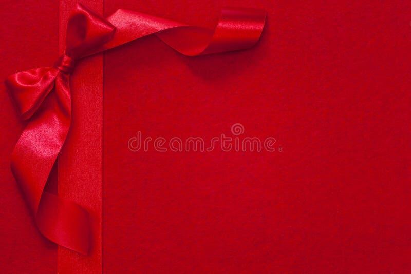 Лента рождества с смычком на красной ткани стоковые фото